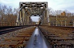 Het spoor van de spoorweg op treinbrug stock foto's