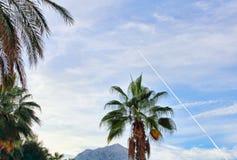 Het spoor van de vechtersvliegtuigbrandstof in de blauwe hemel over onderstel Royalty-vrije Stock Foto's