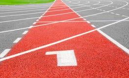 Het spoor van het begin Stegen 1 aantal bij het rode rennen Stock Fotografie