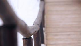 Het spoor wordt gemaakt van hout in het bos stock videobeelden