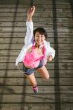 Het sportieve jonge gelukkige vrouw springen stock foto