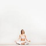Het sportieve meisje mediteren Stock Fotografie