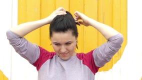 Het sportieve Meisje verwijdert van en Glimlachend de steel stock videobeelden
