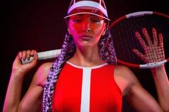 Het sportieve ontwerp van de kleuren vectortatoegering Mooie vrouwenatleet met racket in rood die kostuum en hoed op zwarte achte royalty-vrije stock afbeelding
