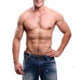 Het sportieve sexy mens stellen in gymnastiek Stock Foto's