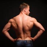 Het sportieve sexy mens stellen in gymnastiek Stock Afbeelding