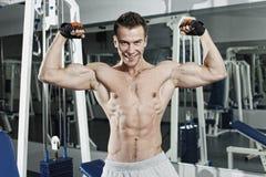 Het sportieve sexy mens stellen in gymnastiek Royalty-vrije Stock Afbeeldingen