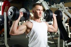 Het sportieve sexy mens stellen in gymnastiek Royalty-vrije Stock Foto's