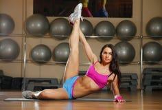 Het sportieve sexy vrouw stellen in gymnastiek Stock Fotografie