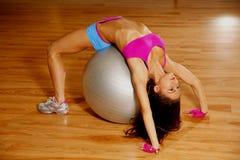 Het sportieve sexy vrouw stellen in gymnastiek Royalty-vrije Stock Foto