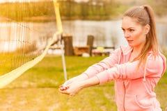 Het sportieve volleyball van het vrouwenspel Royalty-vrije Stock Afbeelding