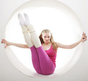 Het sportieve vrouw stellen in roze cirkel Royalty-vrije Stock Foto's