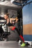 Het sportmeisje is bezig geweest met oefeningen TRX stock foto's