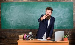 Het spreken aan studenten of leerlingen Vertelt de leraars gebaarde mens interessant verhaal Tribune van leraars de charismatisch stock foto's
