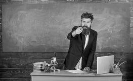Het spreken aan studenten of leerlingen Vertelt de leraars gebaarde mens interessant verhaal Tribune van leraars de charismatisch stock afbeeldingen