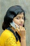 Het spreken bij een mobiele telefoon. Royalty-vrije Stock Afbeelding