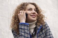 Het spreken door mobiele telefoon Stock Foto's