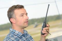 Het spreken door walkie-talkie royalty-vrije stock afbeeldingen