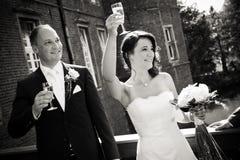 Het spreken en toejuichingen aan gast na huwelijksjonggehuwde Royalty-vrije Stock Afbeeldingen