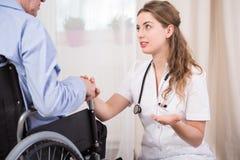 Het spreken met patiënt royalty-vrije stock afbeeldingen