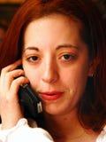 Het spreken op celtelefoon stock foto