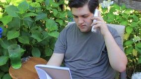 Het spreken op de telefoon met nota's stock footage