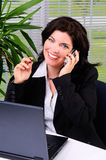 Het spreken op een Cellphone Stock Foto's