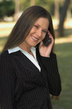 Het spreken op telefoon in park Stock Afbeelding