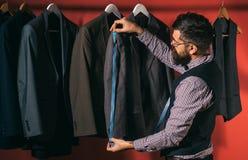 Het spreken over manier het naaien mechanisatie Bedrijfskledingscode handmade kostuumopslag en maniertoonzaal Gebaarde mens royalty-vrije stock foto