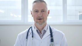 Het spreken het Praatje van Artsenduring online video met Patiënt stock afbeelding