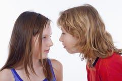 Het spreken van de jongen en van het meisje Stock Fotografie