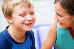 Het Spreken van de jongen en van het Meisje stock afbeeldingen