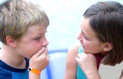 Het Spreken van de jongen en van het Meisje Stock Foto