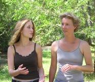 Het spreken van de moeder en van de dochter Stock Foto