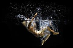 Het springen achteruit in water stock foto