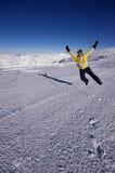 Het springen bij de bovenkant van de gletsjer Stock Foto's