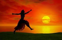 Het springen bij de zonsondergang Stock Afbeeldingen
