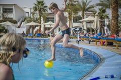 Het springen in het zwembad Royalty-vrije Stock Foto