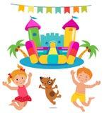Het springen Jonge geitjes en Hond en Bouncy-Kasteelreeks Stock Fotografie