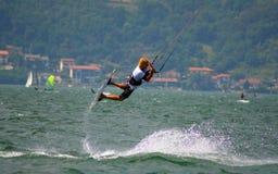 Het springen kitesurfer royalty-vrije stock afbeelding