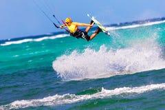 Het springen kitesurfer op overzeese Extreme Sport als achtergrond Kitesurfing Royalty-vrije Stock Fotografie