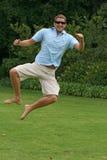 Het springen in lucht met opwinding en geluk Royalty-vrije Stock Foto's