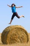 Het springen omhoog op strobroodje Stock Fotografie
