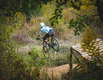Het springen op een fiets van de brug Stock Foto's