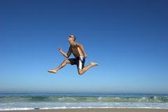 Het springen op het strand Royalty-vrije Stock Foto