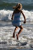 Het springen over de golven Royalty-vrije Stock Afbeelding