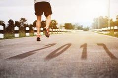 Het springen van atletenStarting beginrenbaan met tekst 2017 elft Stock Foto's