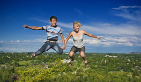Het springen van de jongen en van het meisje Stock Fotografie
