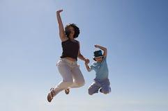 Het springen van de moeder en van de zoon Royalty-vrije Stock Afbeelding