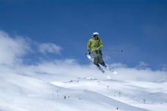 Het springen van de skiër Stock Foto